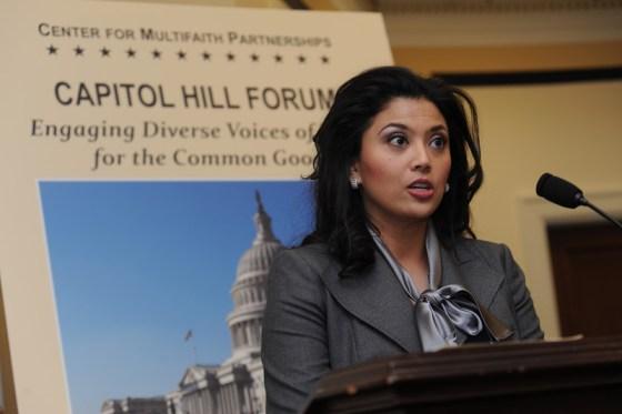 Dra. Rosa Djalal, Presidenta de la Asociación de Mujeres Musulmanas en E.E.U.U. dirigiéndose al Foro de Lideres Interreligiosos en el Capitolio de E.E.U.U.