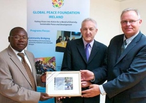 Arnold Kashembe, Director Nacional de Global Peace Foundation, recibiendo un regalo de Martin Quinn, Secretario de la Convención de Paz de Tipperary con el Vicepresidente de Global Peace Foundation Tony Devine. Foto: Cortesía de Caitriona Kenny/ The Nationalist (Tipperary)
