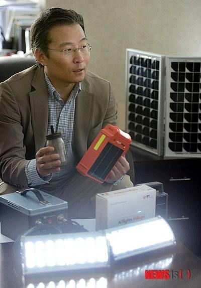 Presidente Kyung Eui Yoo describe la diferencia entre las lámparas de kerosene y las lámparas de energía solar. Crédito: NewsIs.