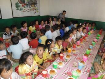 Niños Norcoreanos antes del almuerzo.