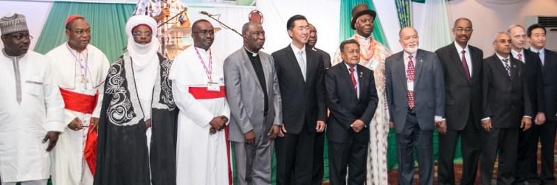 Líderes interreligiosos con líderes de Fundación Paz Global en la Conferencia de Liderazgo Paz Global 2013 Abuya, Nigeria para el lanzamiento de la Campaña Una Familia Bajo Dios.
