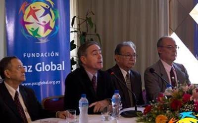 El Dr. Hyun Jin Moon, Presidente de la Fundación Paz Global atiende el Simposio sobre Relaciones entre Paraguay y Corea del Sur.