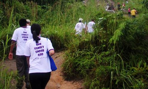 Participantes caminando hasta la cúspide para construir carácter a través de las experiencias desafiantes