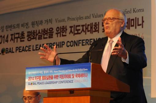"""Dr. Edwin J. Feulner, Fundador de la Fundación Heritage y Presidente del Centro de Estudios Asiáticos dijo: """"La unificación Coreana debería requerir, simplemente, una reforma económica y fundamental política de Corea del Norte o el colapso del régimen."""""""