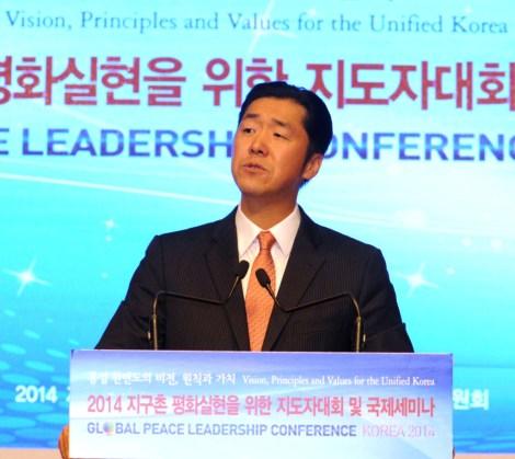 El Dr. Hyun Jin Moon se dirige a los líderes globales y expertos convocados a la Conferencia de Liderazgo Paz Global en Seúl, Corea.