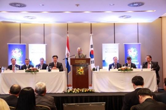 El Dr. Altamirano, Director del Instituto de Desarrollo de Pensamiento Patria Soñada se dirige a los participantes de su primer Simposio sobre las relaciones entre Corea y Paraguay.