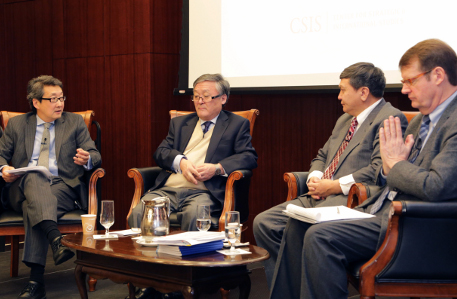 """(Izquierda a Derecha): Dr. Victor Cha, Presidente de Corea para el Centro de Estudios Estratégicos e Internacionales, el Embajador Bulgaa Altengerel, el Embajador de Mongolia para los Estados Unidos, el Dr. Tsedendamba Batbayar, el Ministro de Relaciones Exteriores de Mongolia, el Embajador Mark C. Minton, Presidente de """"The Korea Society."""""""