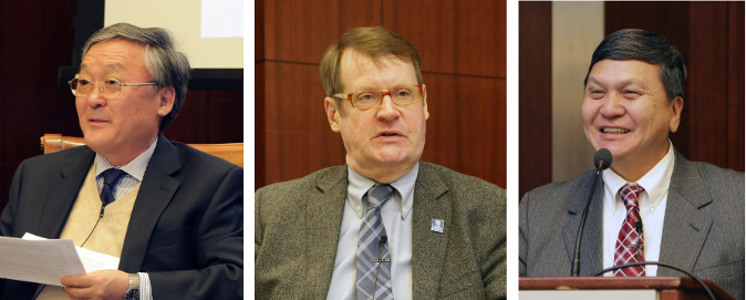 """Oradores del foro (izquierda a derecha): Embajador Bulgaa Altengerel, Embajador de Mongolia a los Estados Unidos; el Dr. Tsedendamba Batbayar, Ministro de Relaciones Exteriores, Mongolia; Embajador Mark C. Minton, Presidente de """"The Korea Society."""""""