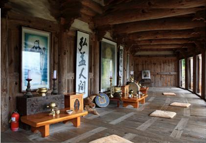 Las tres generaciones fundadoras del Gojeoson están consagradas en Samseonggung en la Montaña Jiri: Hwanin, Hwaneung y Tangun
