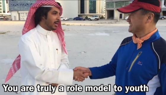 El Sr. Yu es un inversionista adinerado que limpia las calles de Bahrain todas las mañanas.