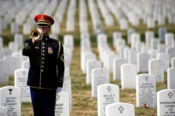 Un soldado trompetero solitario toca al final de la primera ceremonia anual de la conmemoración del personal de médicos militares caídos en el Cementerio Nacional de Arlington. (DoD foto por el especialista de comunicación masiva de 1a. clase Chad J. McNeeley/Libre)