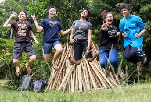 Programas como Voluntarios Paz Global, organizados por la Fundación Paz Global, unen a la juventud en el descubrimiento de los valores comunes que derriten las diferencias culturales y religiosas mediante talleres y trabajo voluntario.