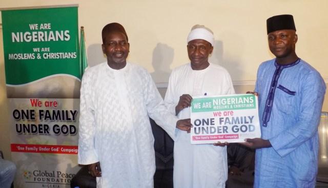 El Rev. Joseph Hayab (extrema derecha) y Sheik Abdulahi Maraya (extrema izquierda) fueron los cofacilitadores para los programas enteros de construcción de paz de la campaña Una Familia Bajo Dios.