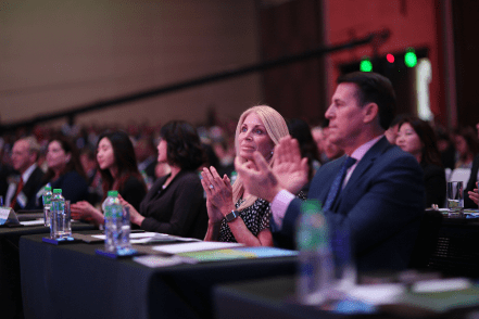 Dr. Robert A. Schuller y Donna Schuller aplaudiendo