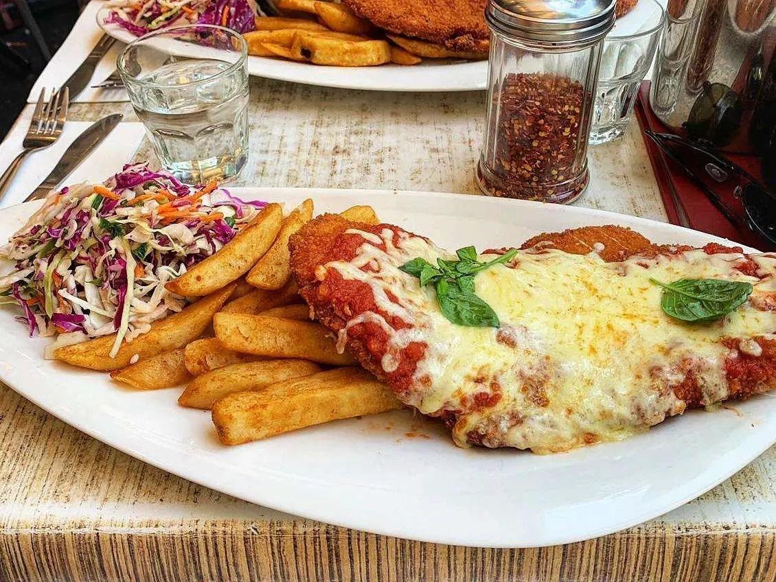 Parma con papas y ensalada en Universal