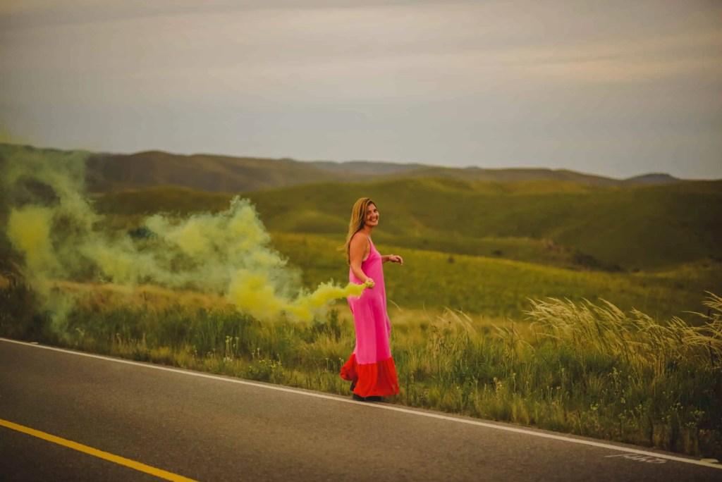 mujer ruta vestido colores