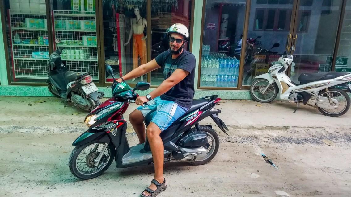 Diego en moto por Koh Tao