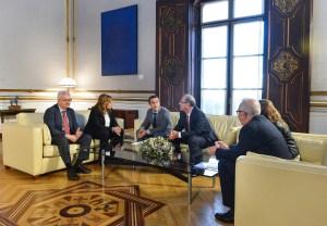 Un momento del encuentro entre los representantes de la  AGI y la presidenta de la Junta, Susana Díaz.