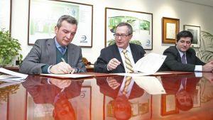 El rector de la UCA, Eduardo González, y el director de Acerinox, Antonio Moreno, firman el convenio.