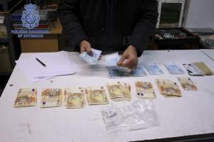 DETIENEN HOMBRE ELABORABA BILLETES FALSOS DE 20 Y 50 EUROS ARTESANALMENTE