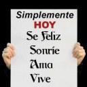 """Cartel de buenas intenciones: """"Simplemente hoy sé feliz, sonría, ama, vive""""."""