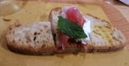 Grano tenero con crosta fiorita, crudo di parma e menta