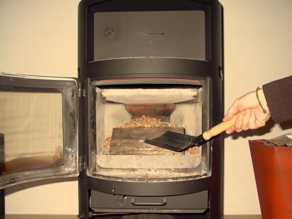 accensione stufa a legna con pellet senza fumo-06
