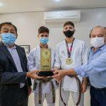 Prefeito Aprígio recebe atletas do Departamento de Artes Marciais de Taboão da Serra