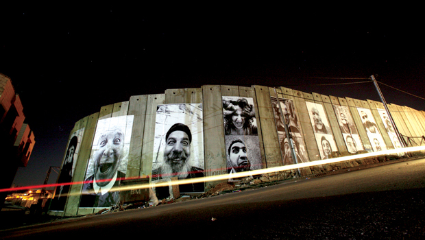 Mur couvert d'image de JR