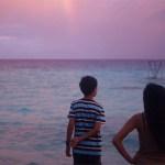 Jeunes face à la mer