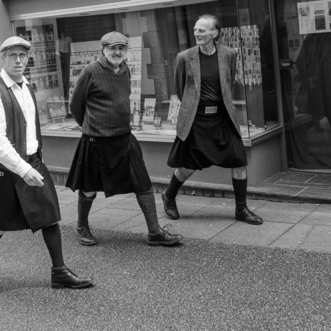 Trois Kilts se promènent dans les rues de Douarnenez