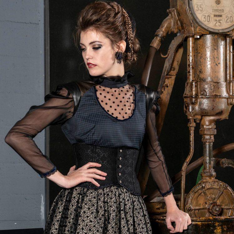 modèle porté chemisier et corset dentelle chantilly