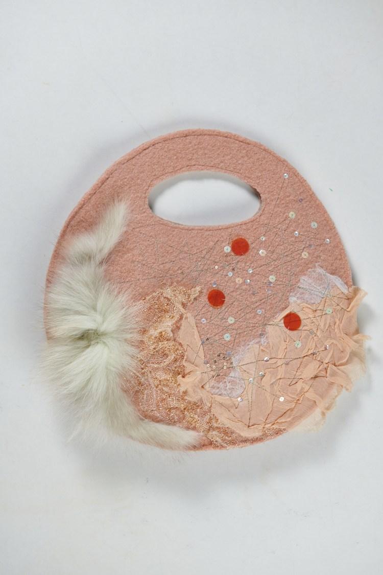 Charmant petit sac pillow en feutrine décorée pois orange et paillettes avec du tulle