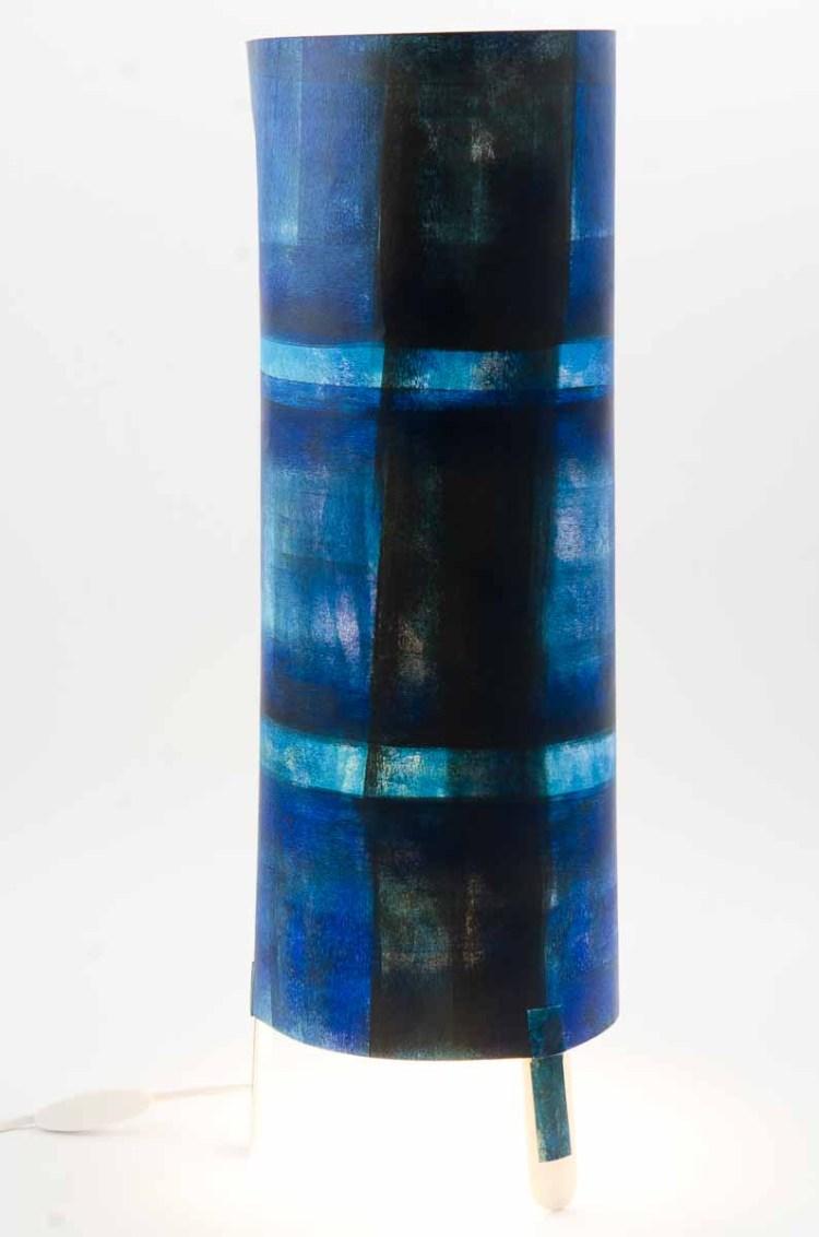 lampe de créateur bleue dessin signé, Lampe de créateur Hauteur 74 cm Diamètre 20 cm Peinture acrylique sur papier dessin. Ampoule non fournie Pied en plastique blanc.