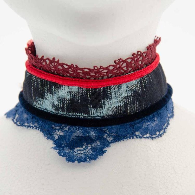 collerette femme en dentelle rouge et bleu et tissus noir et bleu
