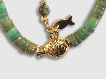 Bracelet enfant rondelles de jaspe dalmatien et agate avec petit poisson plaqué Or création l'atelier de sylvie