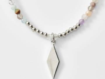 Collier de perles Agate et breloque losange plaqué platine