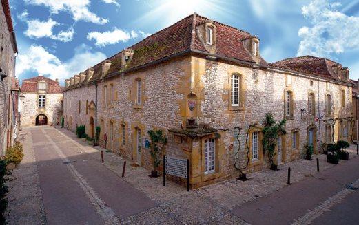 L'hospice et l'hôpital étaient situés à l'angle de la rue Notre-Dame et de la rue Jean-Galmot, à l'emplacement de l'actuelle mairie.