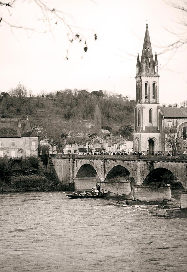 Élina fait le spectacle sous le pont de Lalinde, le 4 décembre 2000