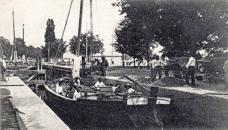 Trafic sur le canal de Lalinde, face à l'usine des Tanins Rey, coll. Jacqueline Clément.