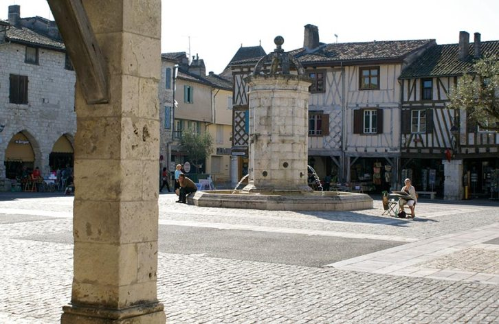 Maisons en pierre et à pans de bois au pourtour de la place centrale de la bastide, © Gérard Lallemant