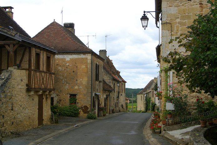 Rue principale de Monsac en Périgord