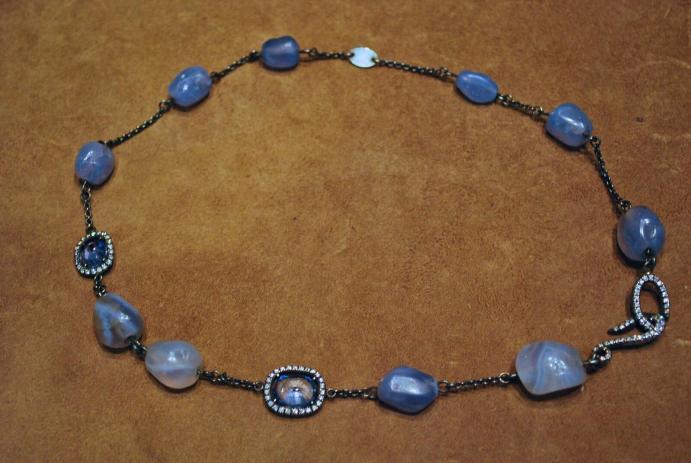 Collier Ier millinaire av. JC Saphirs, bleus gris ceylan, Argent, Diamants et Calcédoines antique.