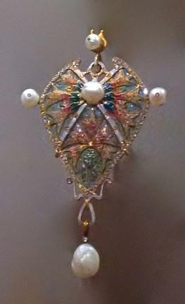 """Pendentif"""" Oeillet"""". Or, Émaux pique à jour, Diamants et Perles Baroque. Georges Fouquet d'après Desrosiers."""