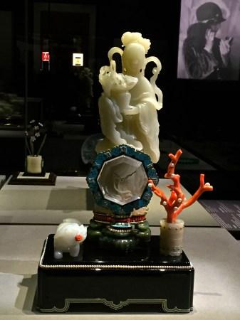 pendule mystérieuse avec divinité, sonnerie au passage, Cartier Paris 1931. platine, or, jade, cristal de roche, onyx, néphrite, diamants, perles, turquoises, corail, émail