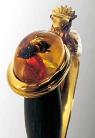 Pommeau de l'épée sertie d'ambre inclus d'un insecte. © Arthus Bertrand