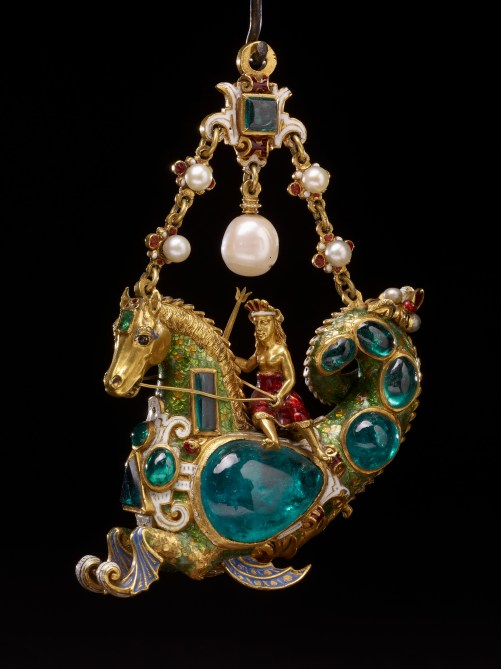 Pendentif Émeraudes, Perles, Émail, Or Espagne 1580 © The Trustees of the British Museum/ Assouline