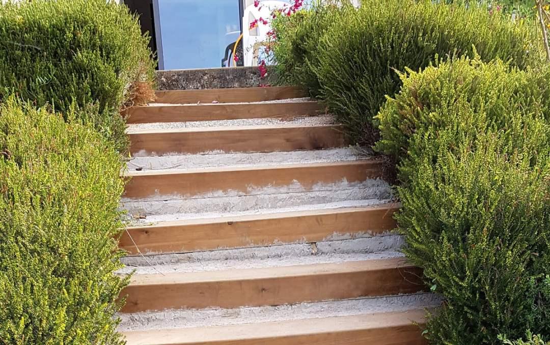 Rénover un escalier extérieur en traverses de chemin de fer ...