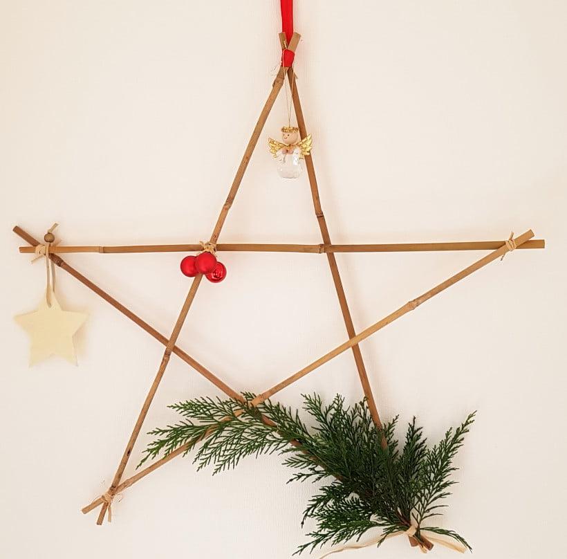 Tuto DIY étoile de Noël à suspendre. Avec des tuteurs en bambou et des petites déco de Noël