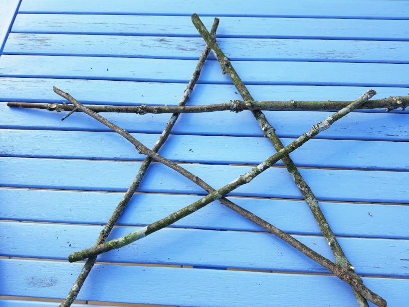 Fabrication d'une étoile de Noël avec des branches coupées au jardin